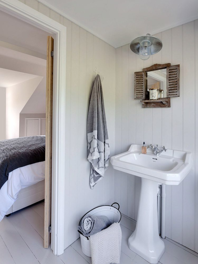 The en-suite bathroom at Field View beach house. Interior design & styling by Rowan Plowden Design.